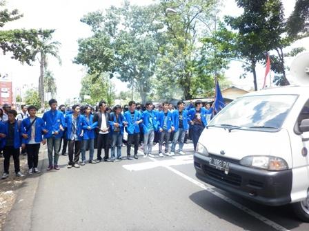 aksi blokade jalan soepardjo roestam yang menghubungkan jalur purwokerto - yogyakarta mengakibatkan lumpuh.