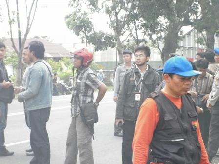 terlihat wartawan dengan kamera sebagai senjata untuk berburu berita