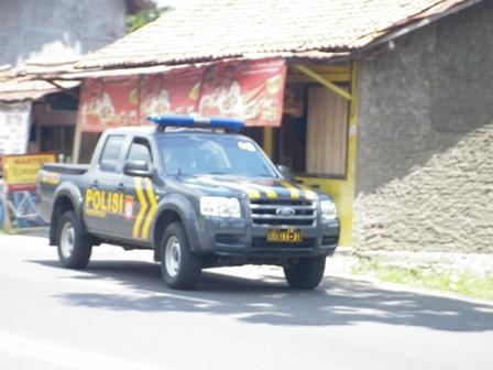 beberapa mobil polisi yang terlihat mengawal aksi demontrasi di sepanjang jalan soepardjo roestam sokaraja - berkoh